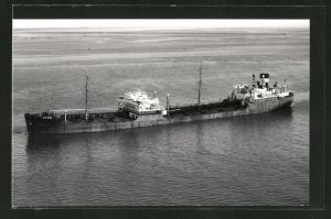 Fotografie Tankschiff Esso Hull liegt vor Anker