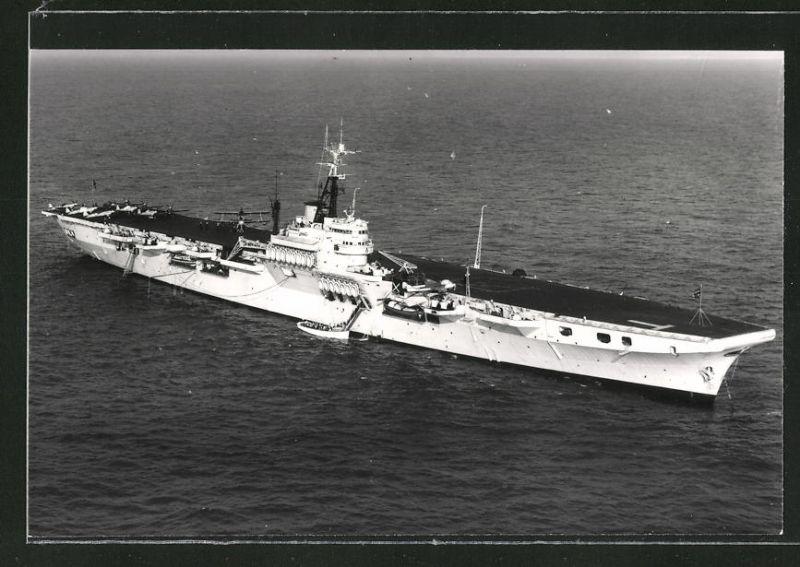 Fotografie Flugzeugträger HMS Theseus der Royal Navy liegt vor Anker