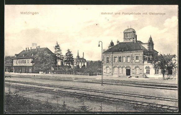 AK Metzingen, Bahnhof und Postgebäude mit Gleisanlage 0