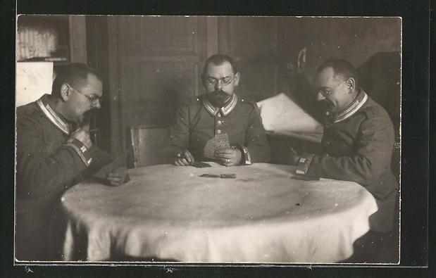 Foto-AK Offiziere in Uniform beim Kartenspiel