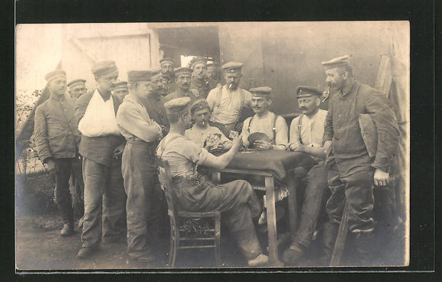 Foto-AK Soldaten entspannen beim Kartenspiel