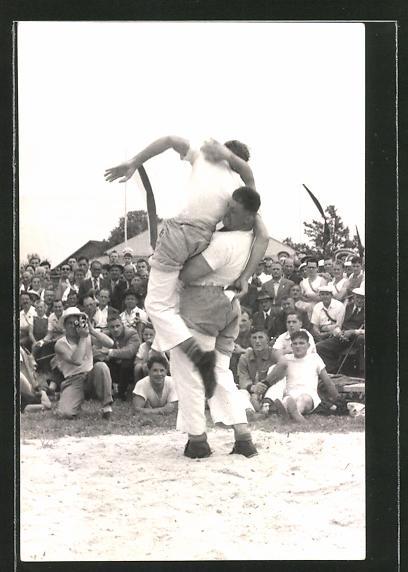 Foto-AK Männer beim Ringen vor Publikum
