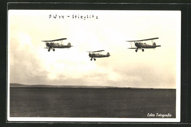 AK Flugzeug FW 44 - Stieglitz im Formationsflug