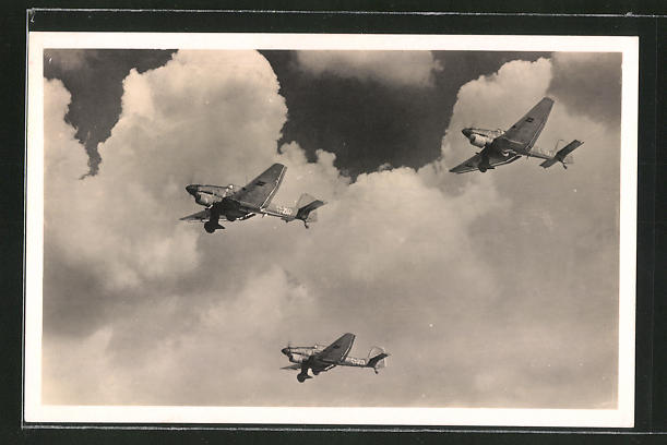 AK Eine Kette Junkers-Ju 87 Sturzkampfflugzeuge