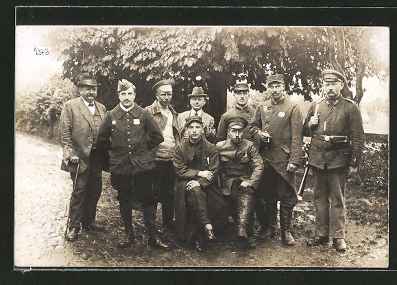 Foto-AK Landsturmmann und Kriegsgefangene verschiedener Nationen