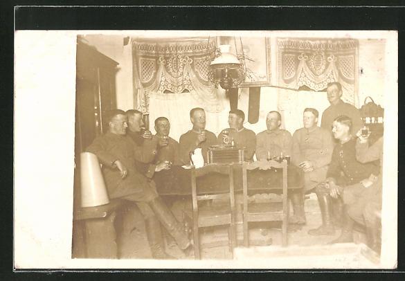 Foto-AK Unteroffiziere und Kameraden mit Grammophon