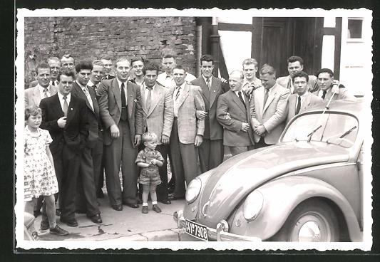 Foto-AK junge Männer in Ortschaft mit VW Käfer