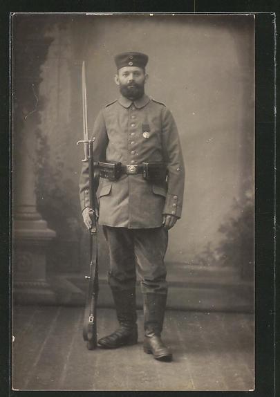 Foto-AK Feldgrauer mit aufgepflanztem Bajonett und Orden