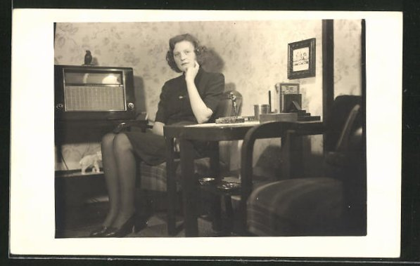 AK Frau sitzt und lauscht dem Radio