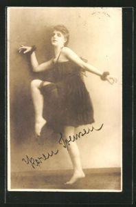 AK junge Frau tanzt einen Ausdruckstanz