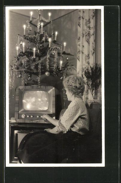 AK Frau schaltet den Fernseher an