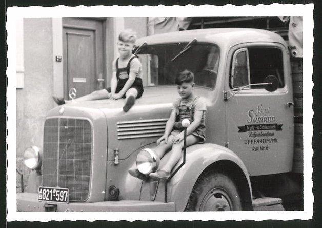 Fotografie Lastwagen Mercedes Benz, LKW der Fa. Ernst Sämann Nutz - & Schlachtvieh Uffenheim, Knaben sitzen auf dem LKW