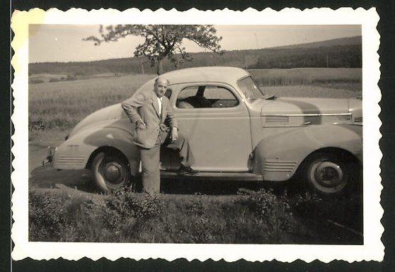 Fotografie Auto Opel Kapitän, Fahrer lehnt lässig am PKW