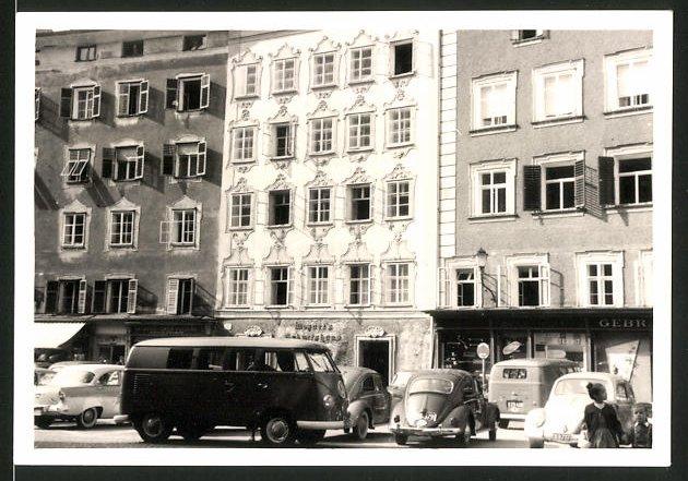 Fotografie Fotograf unbekannt, Ansicht Salzburg, Auto VW Bulli T1 vor dem Geburtshaus von Wolfgang Amadeus Mozart