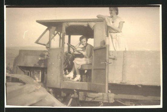 Fotografie Lastwagen NAG, hübsche Mädchen mit LKW-Pritsche