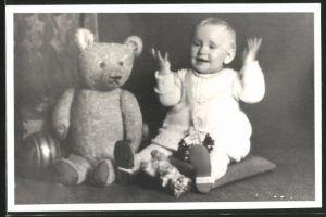 Fotografie Baby mit Teddybär und Spielzeug