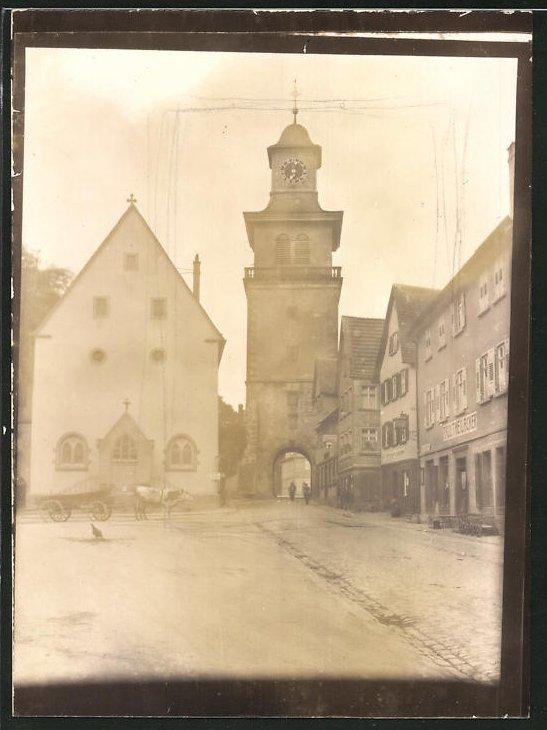 Fotografie Fotograf unbekannt, Ansicht Neuenstadt am Kocher, Blick zum Torturm, Ladengeschäfte