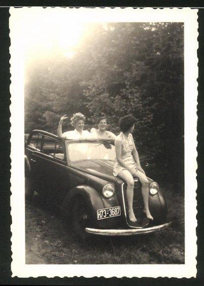 Fotografie Auto Opel, Mädchen im leichten Kleid sitzt auf der Motorhaube, Kfz-Kennzeichen H73-3687