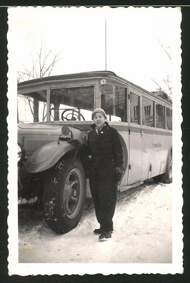 Fotografie Bus der Stadt Frankfurt / Main, Frau posiert neben dem Omnibus im Schnee
