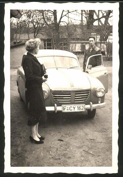 Fotografie Auto Borgward, junges Paar steht am PKW