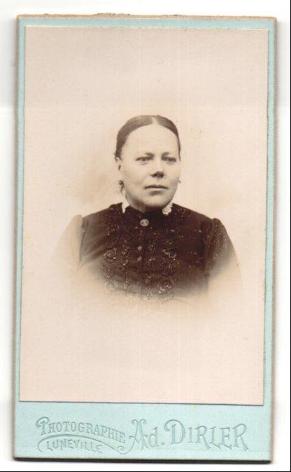 Fotografie Ad. Dirler, Lunéville, Portrait junge Frau mit zusammengebundenem Haar