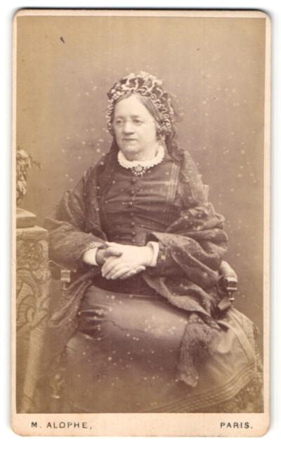 Fotografie M. Alophe, Paris, Portrait Dame in zeitgenöss. Mode mit Kopfbedeckung