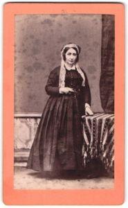 Fotografie unbekannter Fotograf und Ort, Portrait Dame in zeitgenöss. Kleid