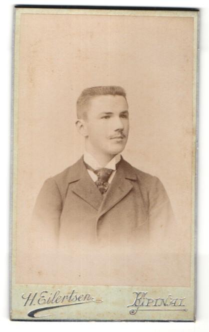 Fotografie H. Eilersten, Epinal, Portrait junger Mann mit Bürstenhaarschnitt