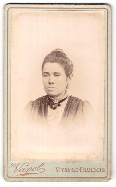 Fotografie Vanel, Vitry-le-Francois, Portrait Frau mit zusammengebundenem Haar
