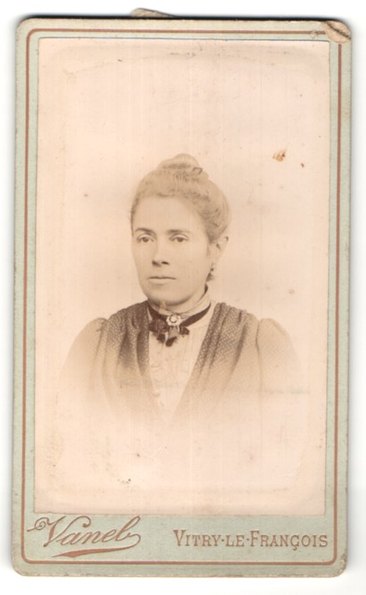 Fotografie Vanel, Vitry-le-Francois, Portrait junge Dame mit zusammengebundenem Haar