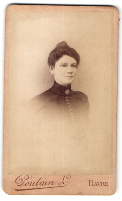 Fotografie Poulain, Havre, Portrait junge Frau mit hochgebundenem Haar