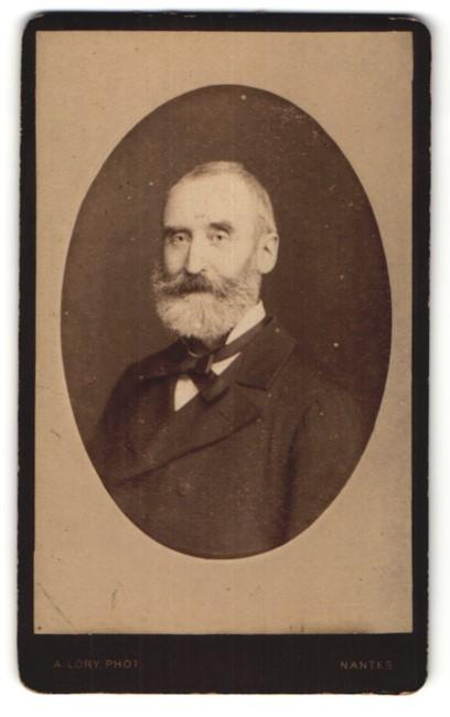 Fotografie A. Lory, Nantes, Portrait betagter Herr mit Vollbart