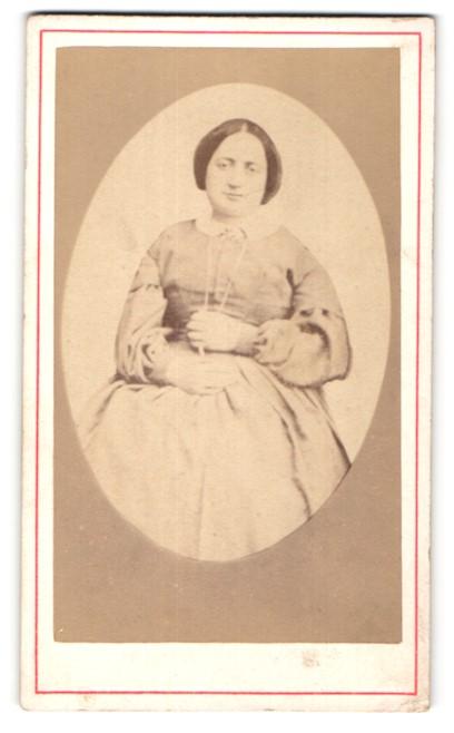 Fotografie unbekannter Fotograf und Ort, Portrait Frau in Kleid