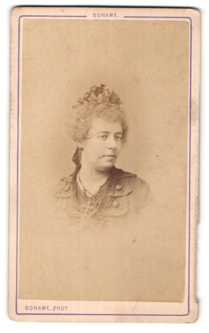 Fotografie Boname, Besancon, Portrait Frau mit zeitgenöss. Frisur mit Kopfschmuck