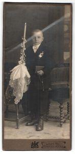 Fotografie Ludwig Holl, Mergentheim, Wertheim, Portrait Knabe in festlicher Kleidung mit Kerze