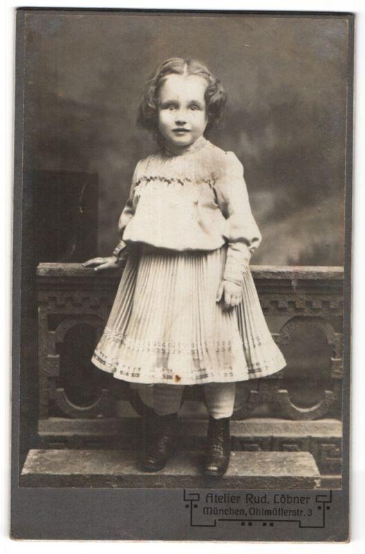 Fotografie Rud. Löbner, München, Portrait kleines Mädchen in Kleidchen