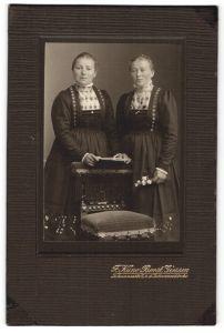 Fotografie F. Kuno Borst, Giessen, Portrait zwei Frauen in identischen Kleidern
