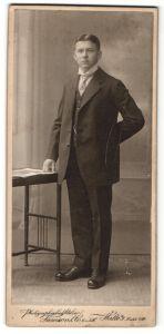 Fotografie Samson & Co., Halle a/S, Portrait junger Mann in Anzug