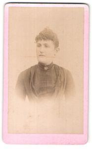 Fotografie E. Viel, Meaux, Portrait junge Frau mit zusammengebundenem Haar