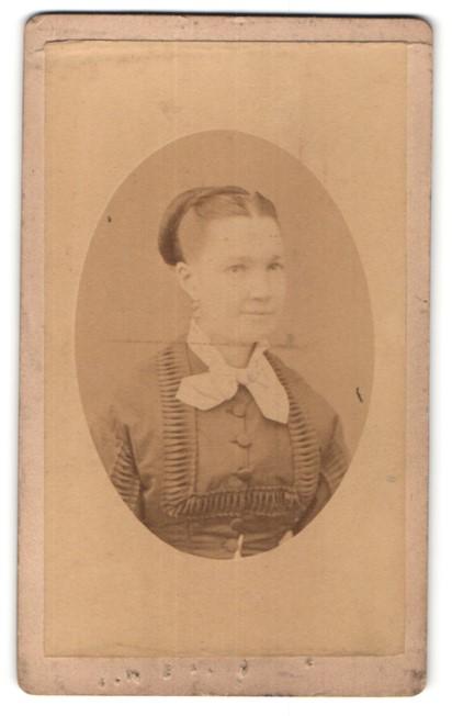 Fotografie Mignon, Paris, Portrait junge Frau mit zeitgenöss. Frisur