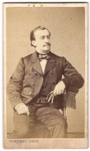 Fotografie Trinquart, Paris, Portrait Herr in Abendgarderobe