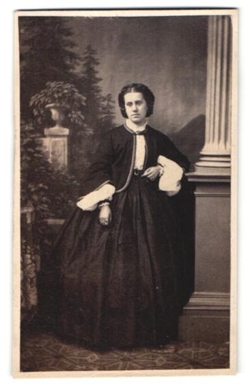 Fotografie Fotograf und Ort unbekannt, junge Dame trägt modisches schwarzes Kleid