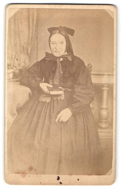 Fotografie H. Scheerer, Ebingen, Dame in Tracht im Atelier sitzend