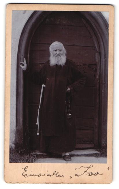 Fotografie unbekannter Fotograf und Ort, Portrait Einsiedler Ivo, Mönch, Rosenkranz