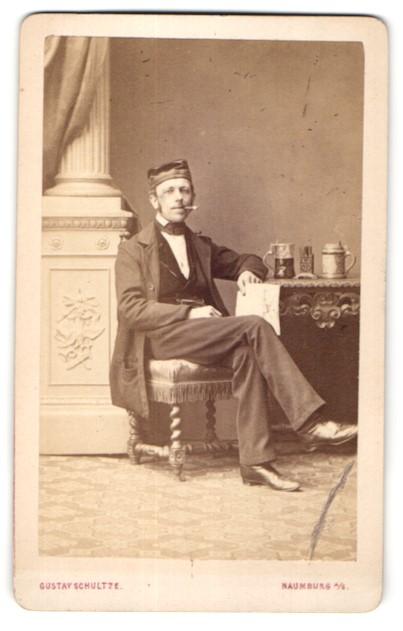 Fotografie Gustav Schultze, Naumburg a/S, Portrait Burschenschaftler mit Mütze