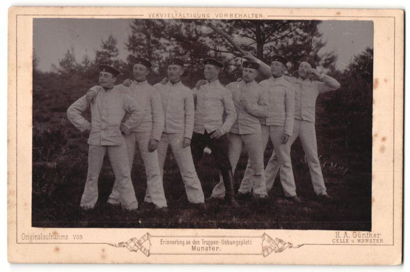 Fotografie H. A. Günther, Celle, Munster, Ansicht Munster, Kameraden auf dem Truppenübungsplatz