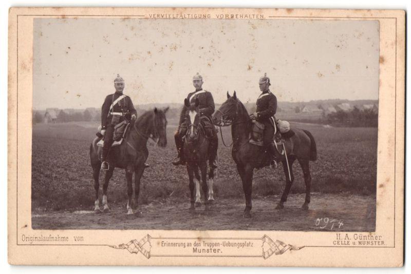 Fotografie H. A. Günther, Celle, Munster, Ansicht Munster, Truppen-Uebungsplatz, Artilleristen mit Pickelhaube zu Pferd