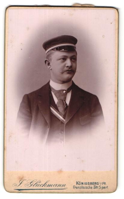 Fotografie J. Glückmann, Königsberg i/Pr, Portrait Burschenschaftler mit Corpsmütze und Schärpe