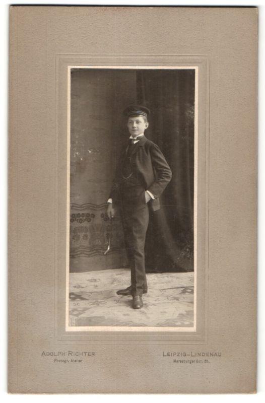 Fotografie Adolph Richter, Leipzig-Lindenau, Portrait stolzer Knabe mit Korpsmütze in Anzug