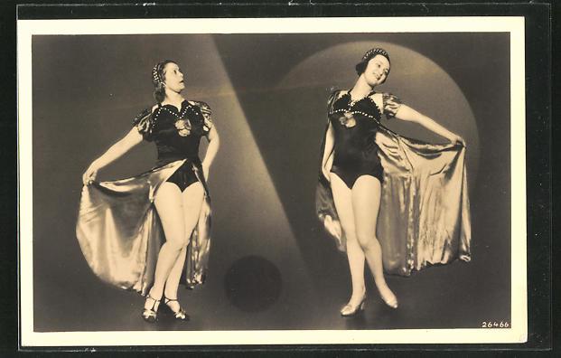 AK Zwei Varietée-Künstlerinnen zeigen ihre Beine